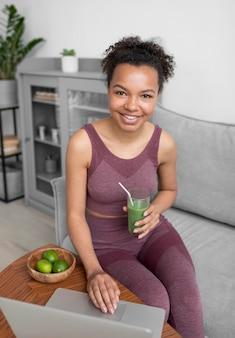 Fitnessfrau, die einen gesunden fruchtsaft vorbereitet