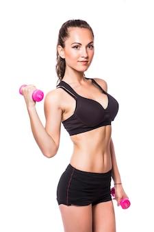 Fitnessfrau, die mit hantel arbeitet, die auf weißem hintergrund lokalisiert wird
