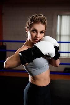 Fitnessfrau, die sich auf die boxpraxis vorbereitet.