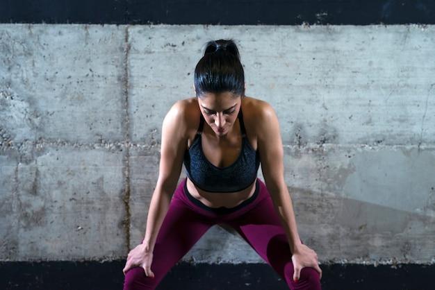 Fitnessfrau, die sich konzentriert und für das training motiviert wird