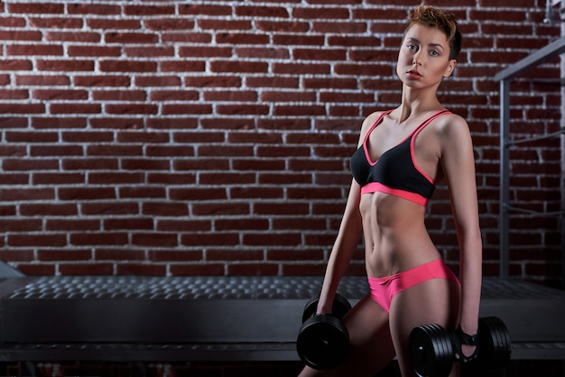 Fitnessfrau, die sportausrüstung trägt