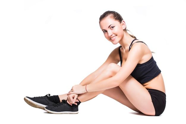 Fitnessfrau, die streckübung lokalisiert auf weißem hintergrund tut