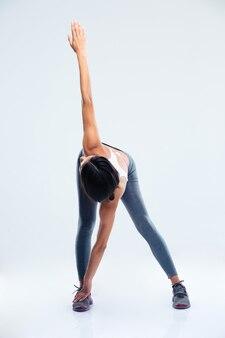 Fitnessfrau, die übungen zum aufwärmen macht