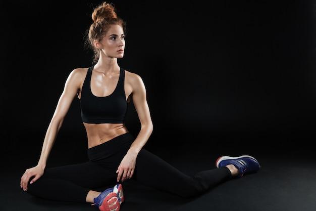 Fitnessfrau, die yogaübungen macht