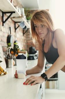 Fitnessfrau in der küche