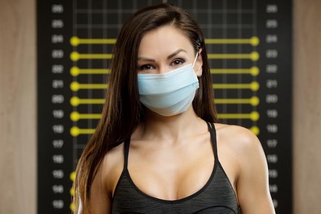 Fitnessfrau mit coronavirus-krankheit covid-19