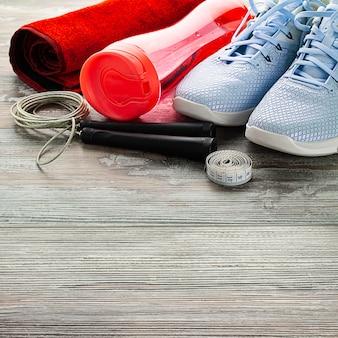 Fitnessgeräte auf holzboden mit kopierraum