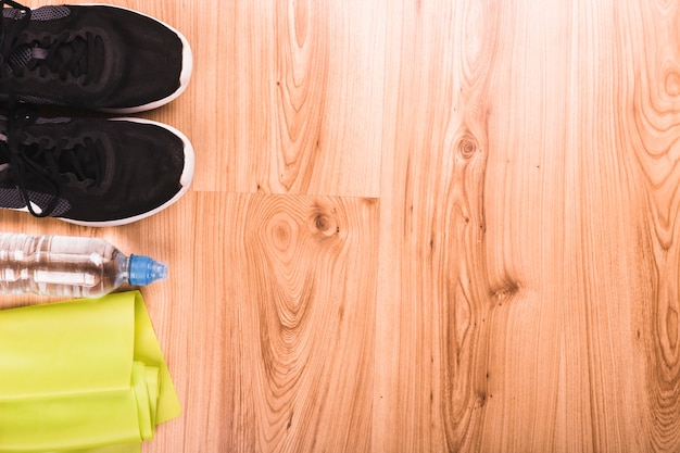 Fitnessgeräte auf holzboden