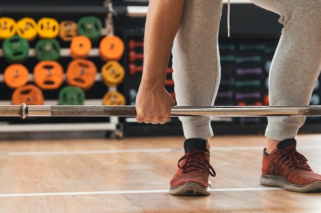 Fitnessjunge hebt gewichte im fitnessstudio