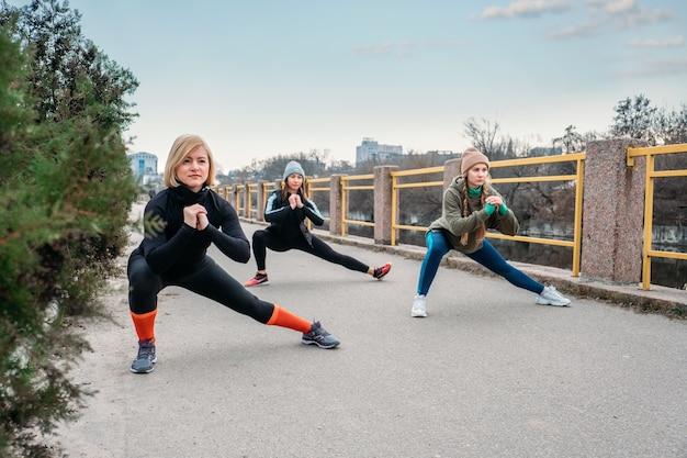 Fitnesskurse im freien, training außerhalb.
