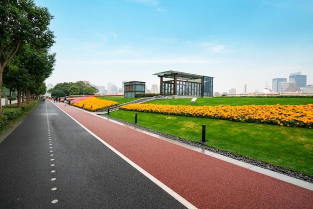 Fitnesspfad im park am bund plaza in shanghai, china