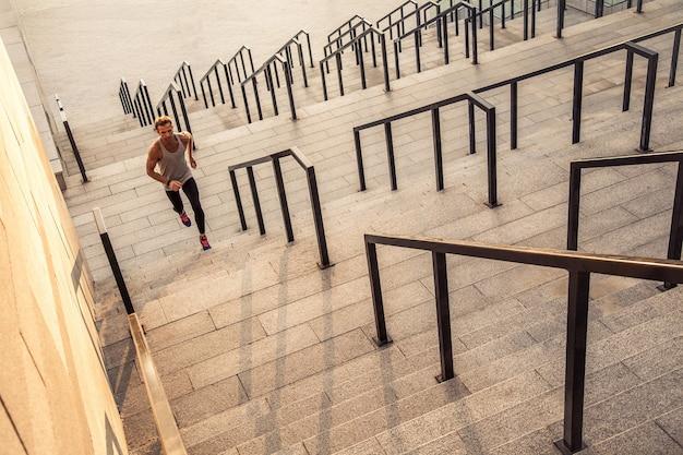 Fitnesssporttraining und gesundes lebensstilkonzept der menschen