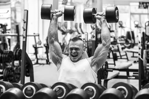 Fitnessstudio. gut aussehender mann während des trainings