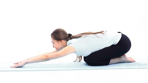 Fitnesstrainer, der dehnübungen der muskeln macht
