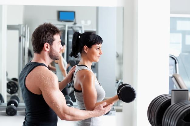 Fitnesstrainerin persönlicher trainer mit krafttraining