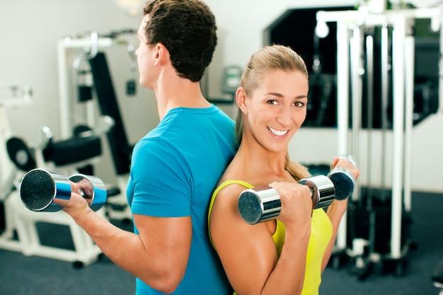 Fitnesstraining mit hanteln