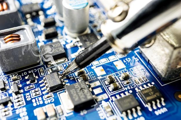 Fixierender mikrochip mit lötkolben