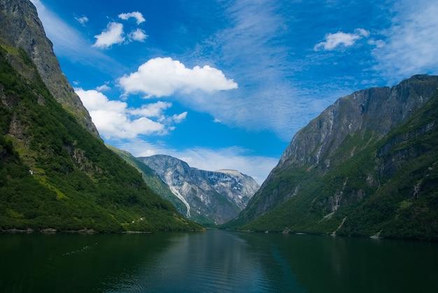 Fjord in homersfag, vereinigtes königreich. meer und berge am bewölkten blauen himmel. sommerurlaub. entdecken sie die wilde natur. fernweh und reisekonzept.
