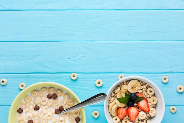 Flach gedeckter frühstückstisch mit copyspace