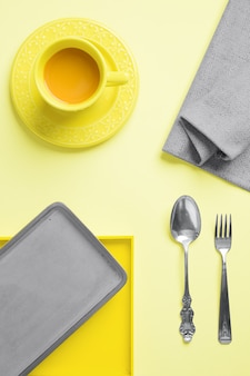 Flach gedeckter tisch tragen gelb und grau