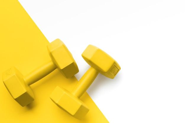 Flach gelbe sportgeräte mit kopierraum
