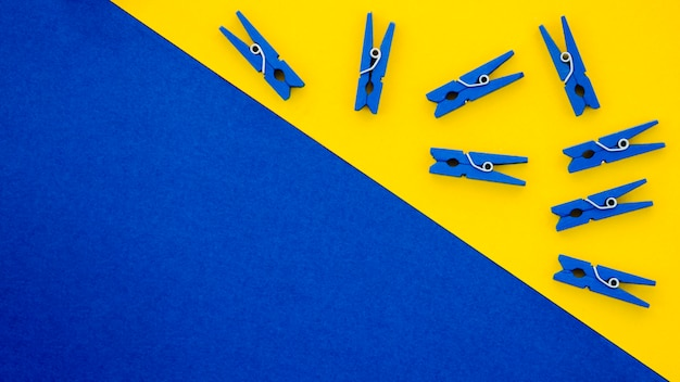 Flach gelegte blaue wäscheklammern