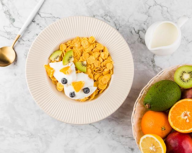 Flach gelegte cornflakes mit yougurt und früchten