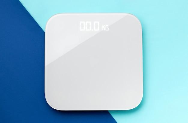 Flach gelegte draufsicht skaliert auf blauer doppelfläche mit kopierraum