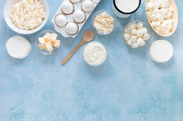 Flach gelegte eier und käse arrangement