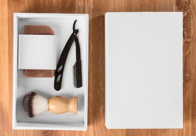 Flach gelegte friseurwerkzeuge in einer paketbox