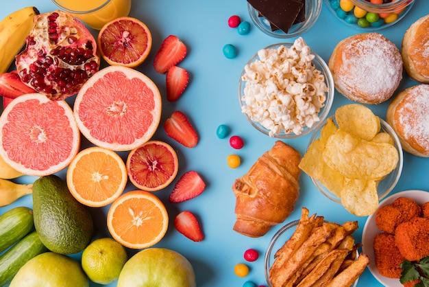 Flach gelegte früchte und snacks