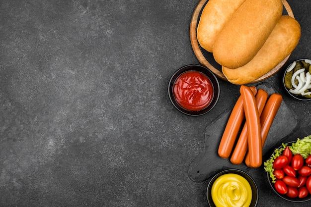 Flach gelegte hot-dog-zutaten mit platz zum kopieren