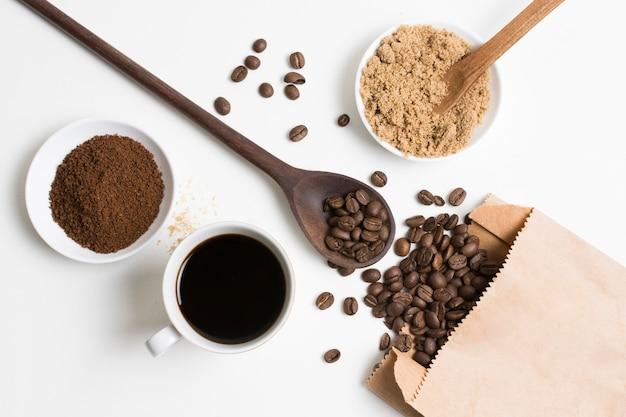 Flach gelegte kaffeebohnen und pulver