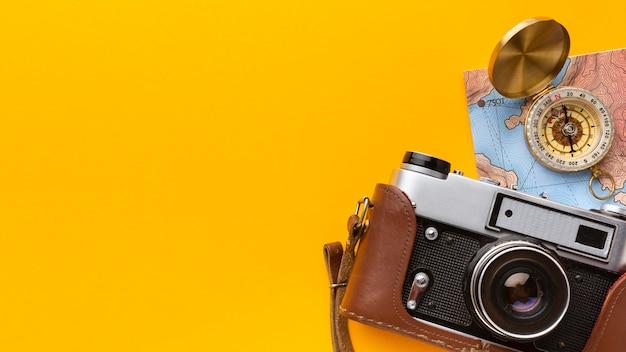 Flach gelegte kamera und kompassrahmen