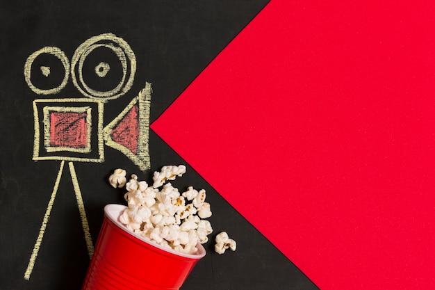 Flach gelegte kamera zeichnen mit popcorn