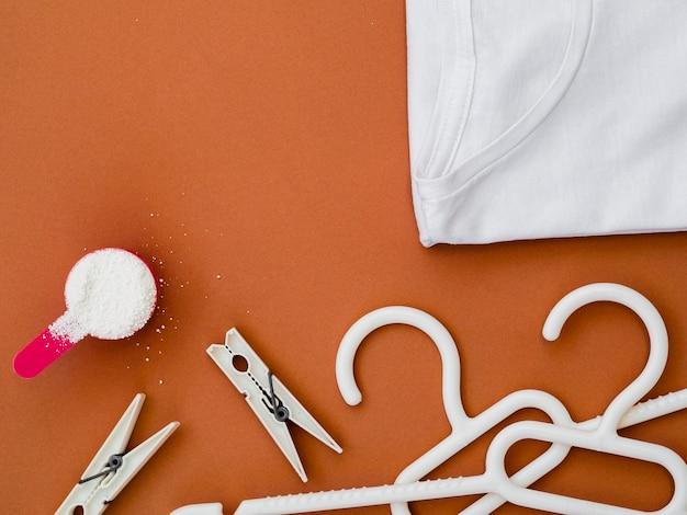 Flach gelegte kleiderbügel mit wäscheklammern