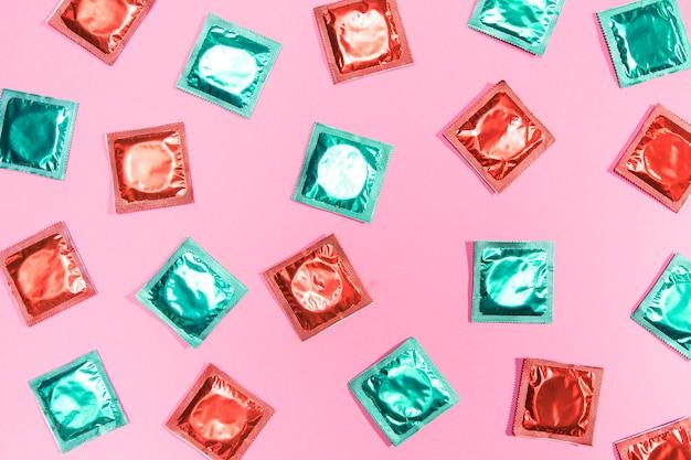 Flach gelegte kondome in roten und grünen hüllen