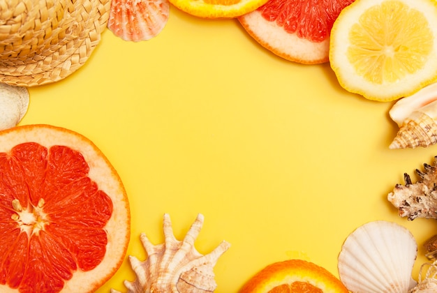 Flach gelegte orangen-, grapefruit- und zitronenscheiben