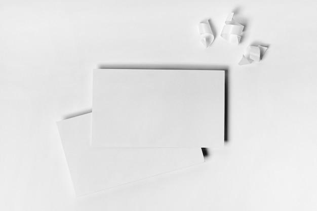 Flach gelegte papierstücke mit bändern