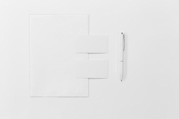 Flach gelegte papierstücke und stift