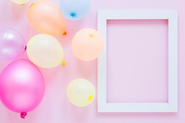 Flach gelegte partyballons und rahmen