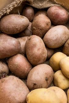 Flach gelegte rohe kartoffelanordnung
