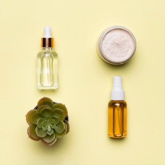 Flach gelegte serumflaschen mit creme