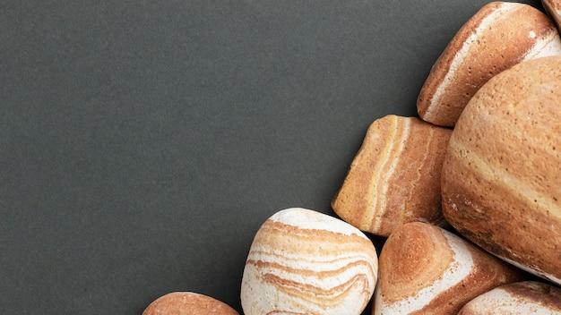 Flach gelegte steinsammlung mit kopierraum