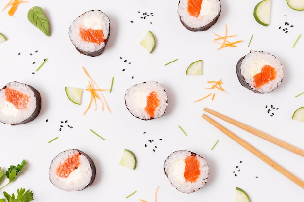 Flach gelegte sushi-rollen
