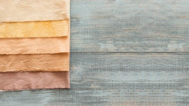 Flach gelegte tücher aus verschiedenen natürlichen pigmenten mit kopierraum