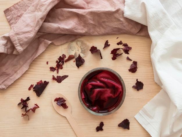 Flach gelegte tücher mit verschiedenen natürlichen pigmenten