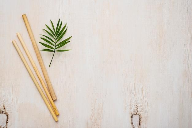 Flach gelegte umweltfreundliche bambusrohrstrohhalme