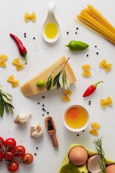 Flach gelegte, ungekochte parmesan-nudeln und zutaten