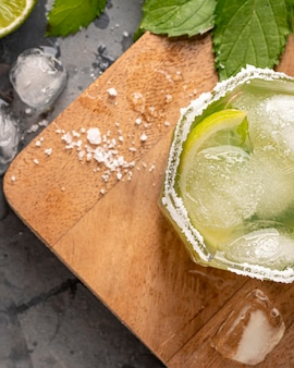 Flach gelegtes glas mit kalk und eis